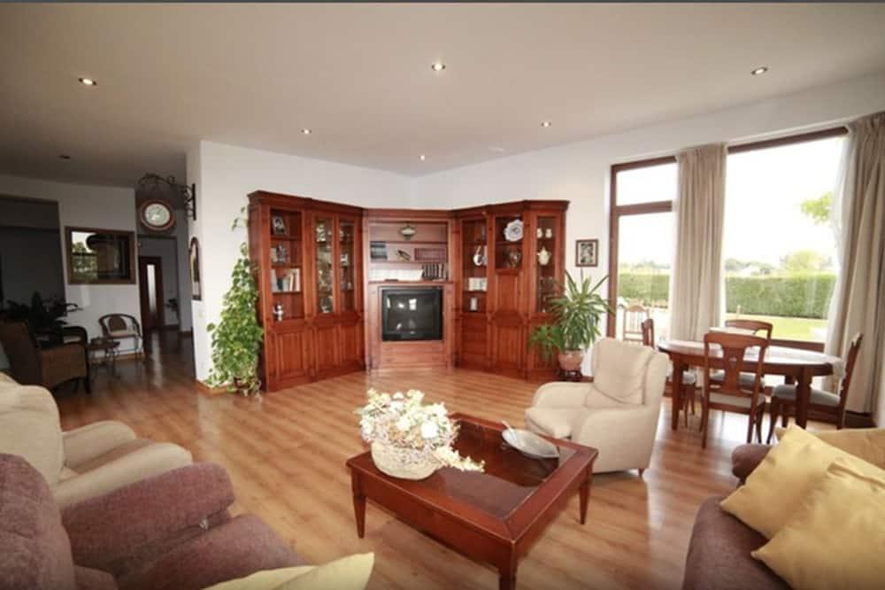 شقة - ٥ غرف نوم - بمسبح خاص - منطقة المعيشة