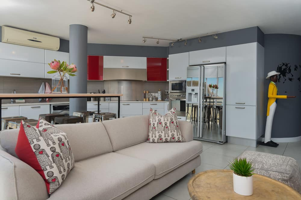 Comfort Room, 3 Bedrooms - Living Area