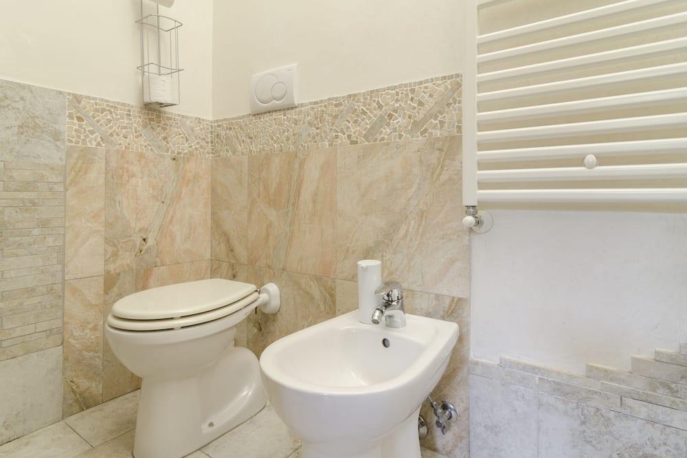 Family Triple Room, Private Bathroom, Courtyard View - Bathroom