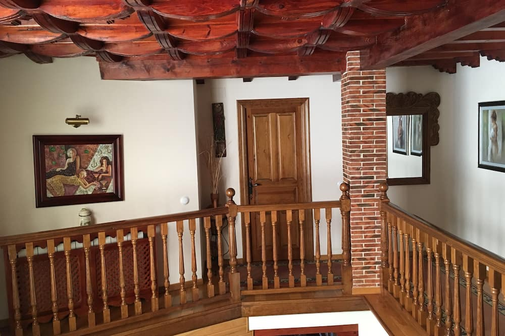 House, 4 Bedrooms, Mountain View - Living Area