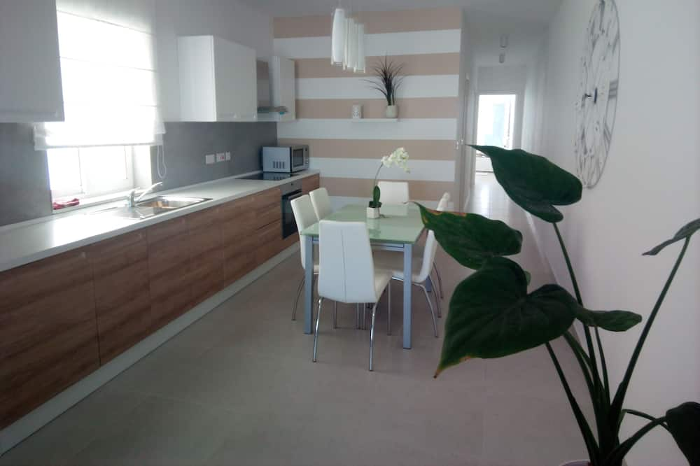 Deluxe Apartment, 2 Bedrooms, Beach View - In-Room Dining