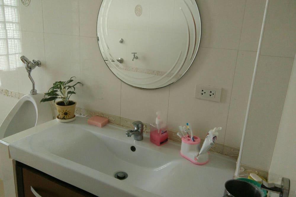 Mosdó a fürdőszobában