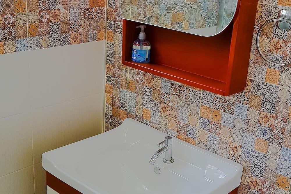 Premium Suite, 1 King Bed, Kitchenette, City View - Bathroom