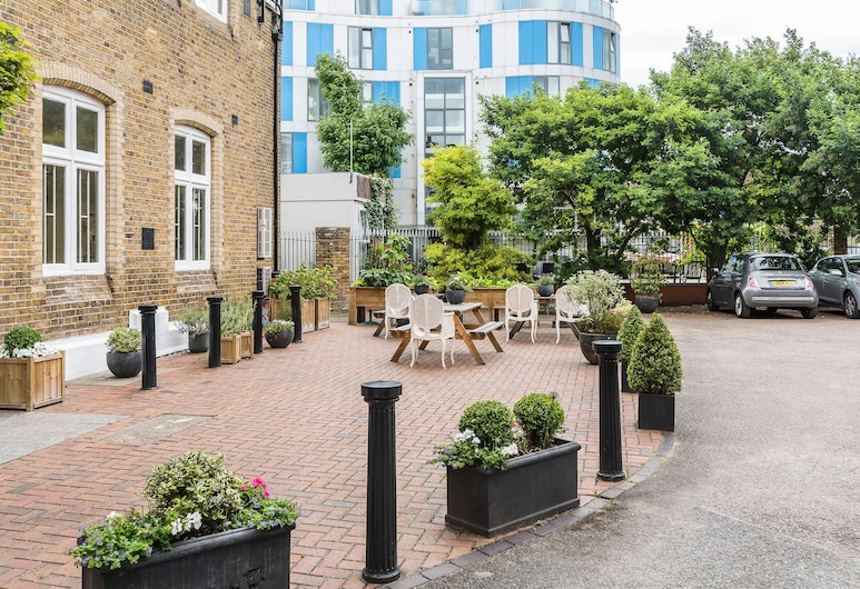 Twin/ King beds w Double Ensuite + 24HR Check-In, London, Apartment, 2 Bedrooms, Ground Floor, Front of property