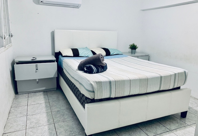 The Hill Inn at 681 Ocean Drive, Arecibo, CEH 102 Standard Family Villa / Kitchen / 2 Full & 1 Twin Size Beds, 2nd Floor, Pokoj