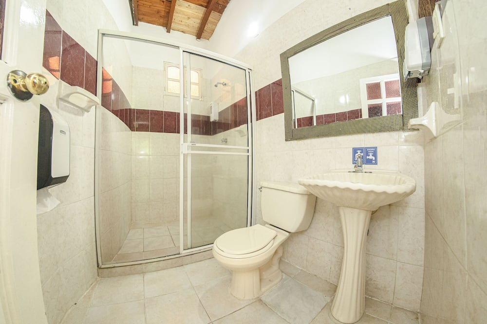 Phòng 3 (1 Queen and 2 Single Beds ) - Phòng tắm