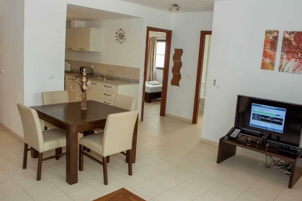Apartment, 2 Bedrooms, Pool View - Living Area