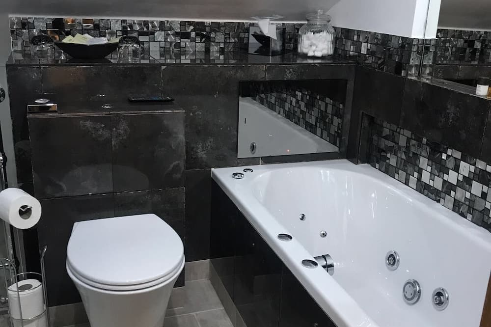 Double Room, Jetted Tub (The Attic) - Bilik mandi