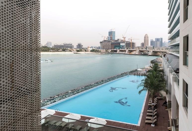 """Luxury Staycation - Azure Residences, Dubajus, """"Begalinis"""" baseinas"""