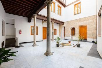 Image de Apartamentos con patio junto a la catedral by Toledo AP à Tolède