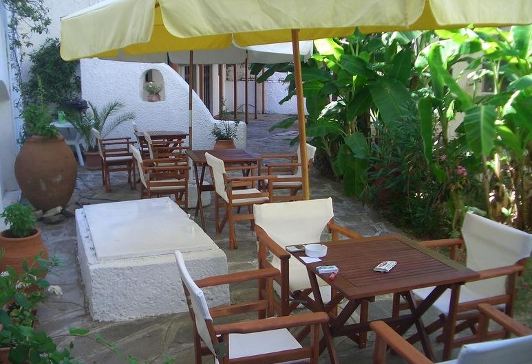 Oinoi Hotel, איקאריה, בר המלון