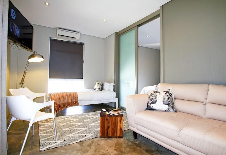 Suite 9 The Village, Windhoek, Rodinný apartmán, 2 spálne, kuchynka, výhľad na záhradu, Obývačka