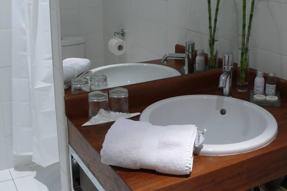 Standard Double Room, Private Bathroom, Courtyard View - Bathroom