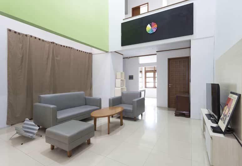 RedDoorz Plus near Cilandak Town Square 2, Jakarta, Lobby Sitting Area