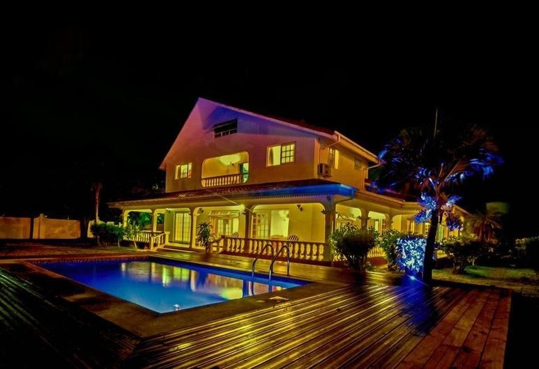 Villa Confort, Praslin, Fachada del hotel de noche