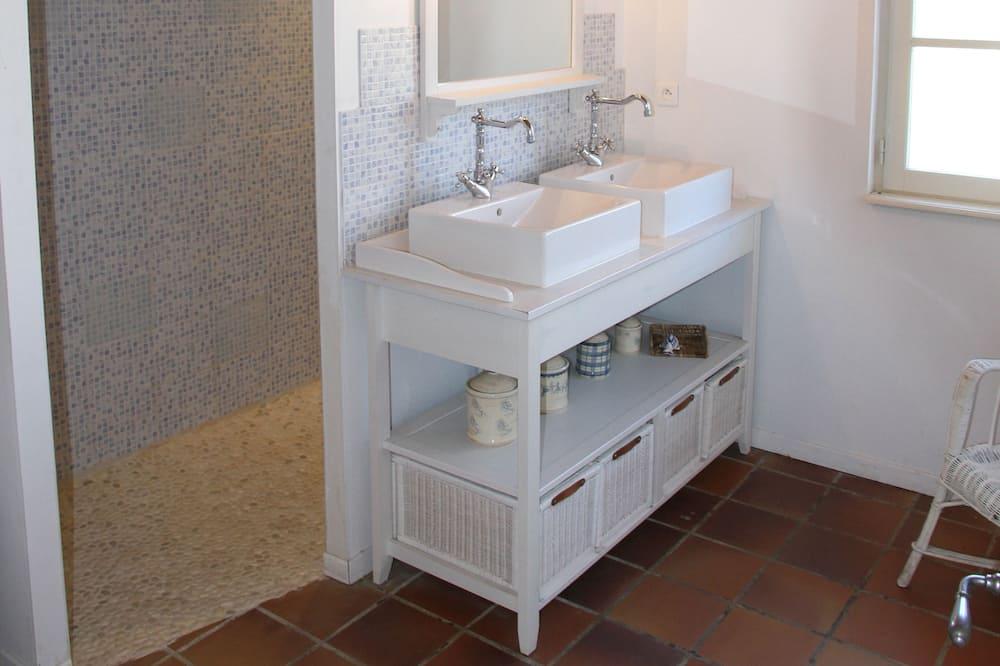 Apartment - Waschbecken im Bad