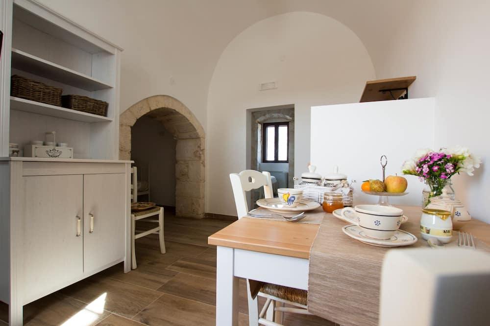 جناح سوبيريور - غرفتا نوم - بمطبخ مصغر - تناول الطعام داخل الغرفة