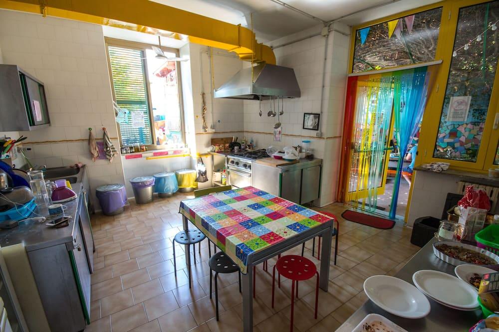 Двухместный номер базового типа с 1 двуспальной кроватью, 1 спальня, отдельная ванная комната - Общая кухня