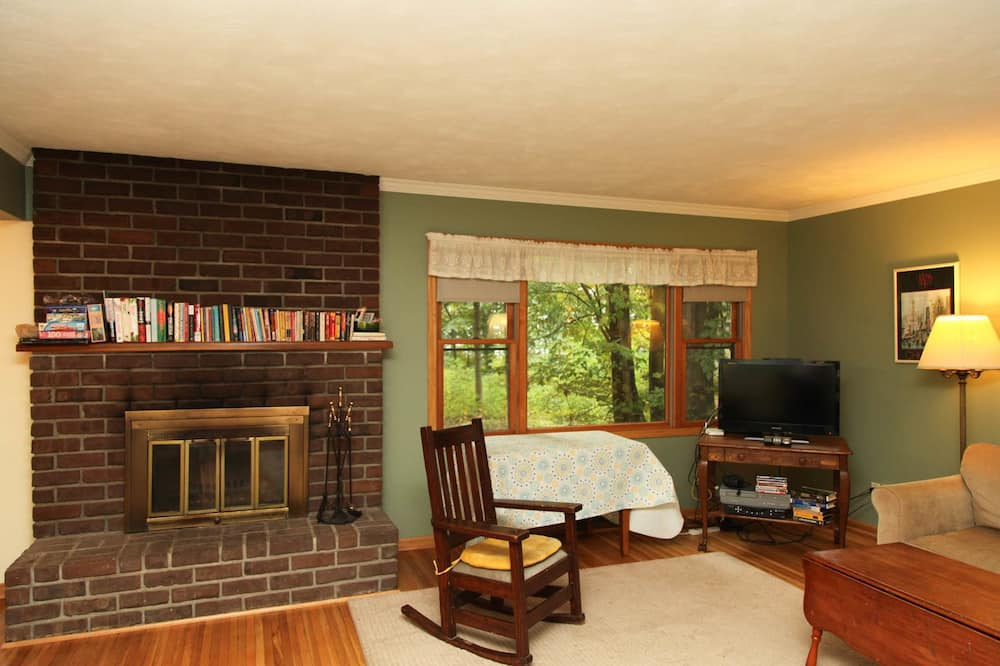 House, 3 Bedrooms, Lakeside - Living Room