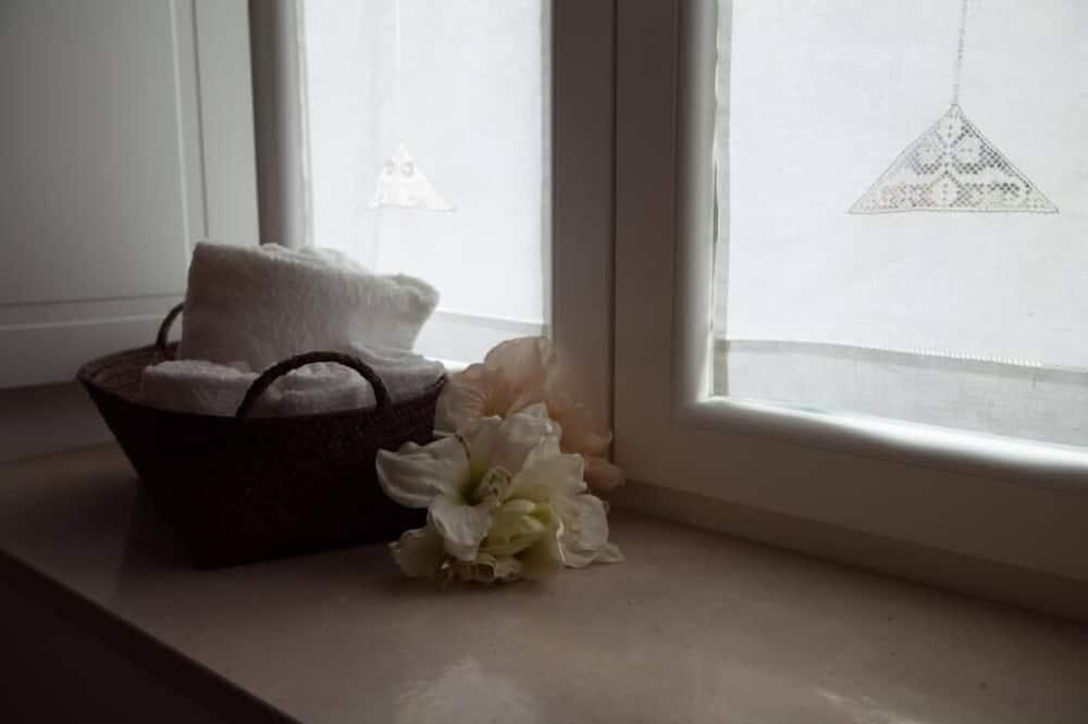 Chambre Triple, vue jardin (Trullo Giardino) - Équipement de la salle de bain