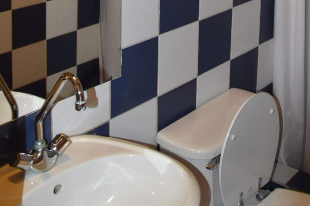 Wspólny pokój wieloosobowy, koedukacyjny pokój wieloosobowy, wspólna łazienka - Łazienka