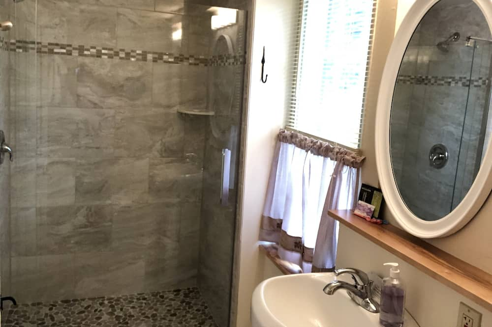 Room 2-ONE Queen Bed and Twin bed with Private Bath - Bathroom