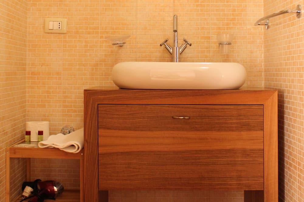 Standard Triple Room, Multiple Beds, Refrigerator, Ground Floor - Bathroom