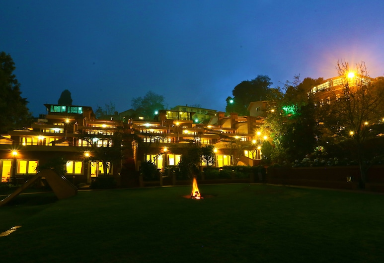 Kodai Resort Hotel, Kodaikanal, Entrada del hotel (tarde o noche)