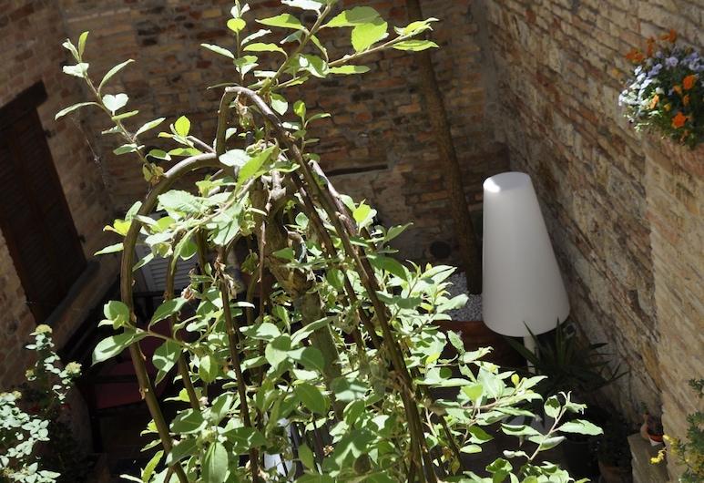 B&B Albornoz, Urbino, Courtyard