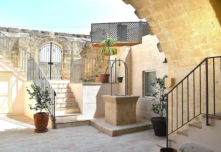 Il Belvedere, Matera, Courtyard