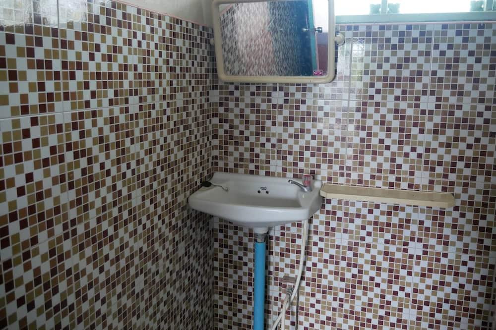 Standard szoba két külön ággyal - Mosdó a fürdőszobában