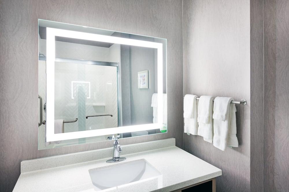 客房, 1 張特大雙人床, 無障礙, 吸煙房 (Hearing, Roll-In Shower) - 浴室