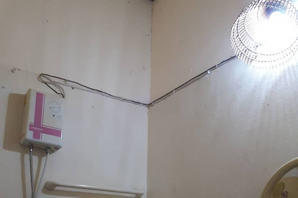 Small Room with Air-Conditioner - حمّام