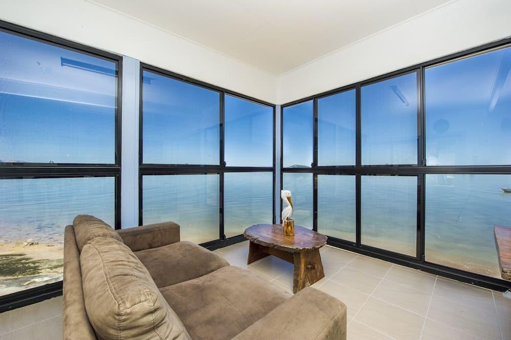 Family House, 3 Bedrooms, Ocean View, Beachfront - Living Room