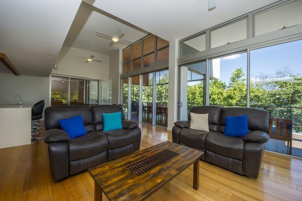 Улучшенные апартаменты, 3 спальни, доступ к бассейну, с видом на воду - Гостиная