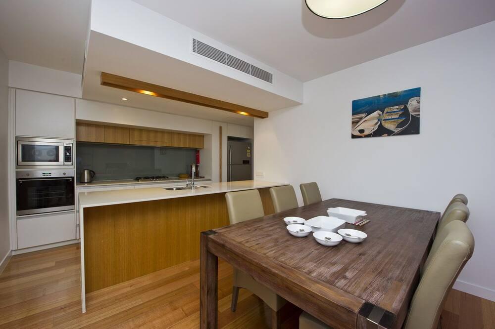 Улучшенные апартаменты, 3 спальни, доступ к бассейну, с видом на воду - Обед в номере
