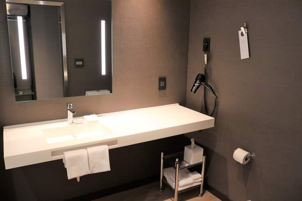 都會客房, 1 張特大雙人床, 城市景觀, 邊間 - 浴室