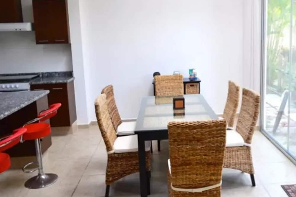 Family Townhome, 3 Bedrooms - In-Room Dining