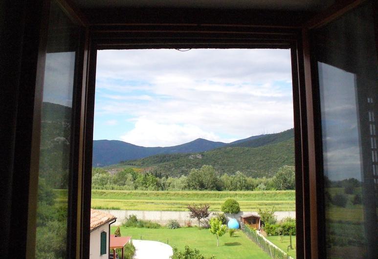 La convenienza, Cascina, חדר קומפורט לשלושה, נוף לגן, נוף מחדר האורחים