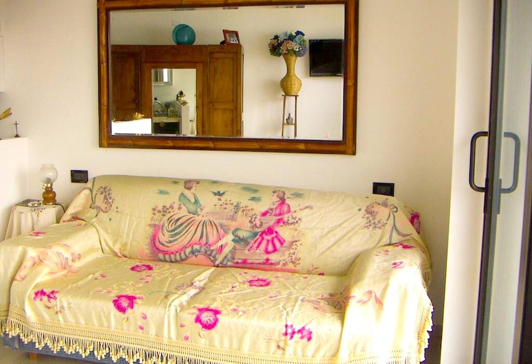 Apartment With one Bedroom in Milazzo, With Wonderful sea View, Shared Pool, Furnished Balcony - 500 m From the Beach, Milazzo, Sala de estar