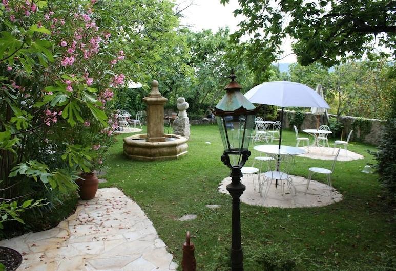 ラ バスティード デュ パラドゥ 2, ムスティエ サント マリー, 庭園