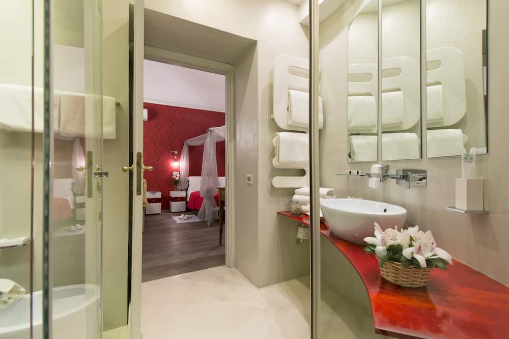 Deluxe Triple Room, 1 Bedroom, Ensuite, City View - Bathroom