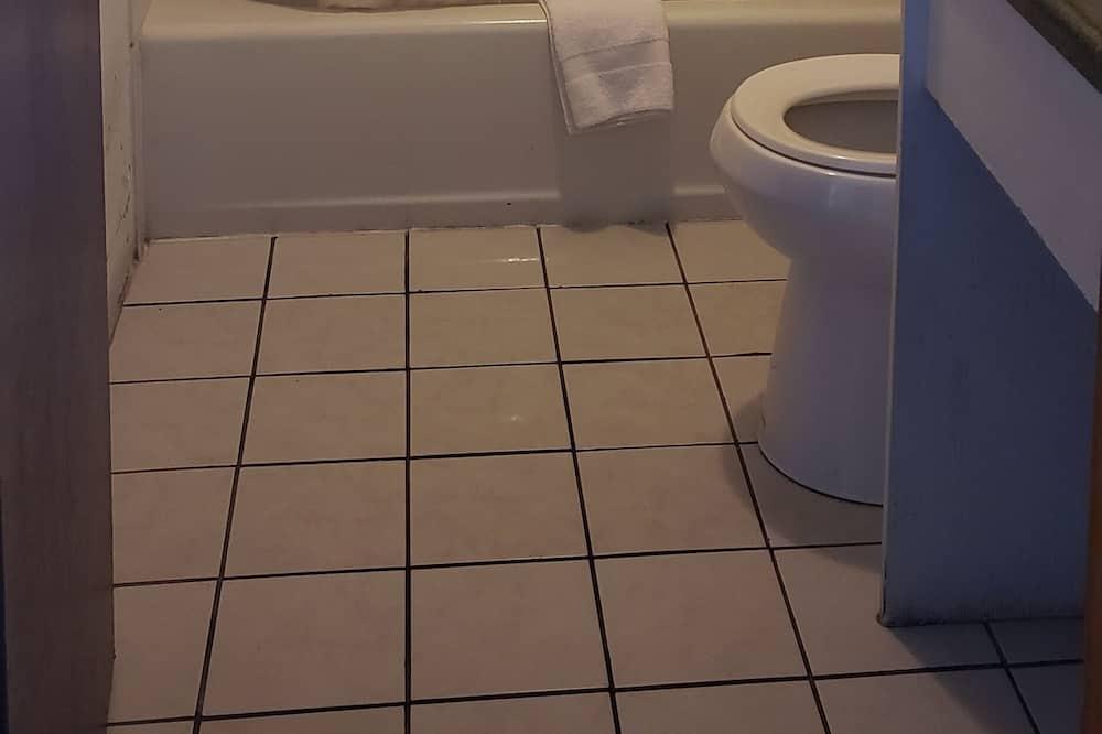 Economy Room, 1 Queen Bed - Bathroom Shower