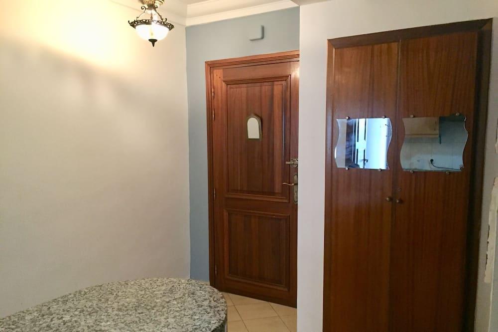 Superior-Apartment, 1Queen-Bett und Schlafsofa, Blick auf den Innenhof - Wohnbereich