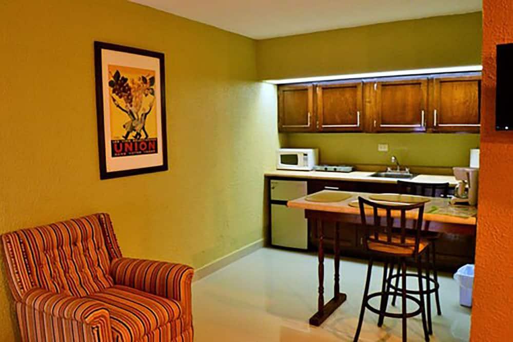 Executive Suite (Suite 1 Recamara 310/320) - In-Room Dining