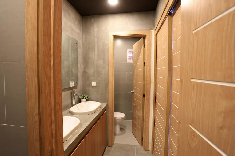 Superior Shared Dormitory, Women only, City View - Bathroom