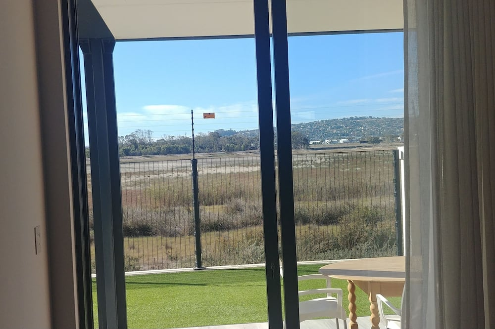 Luxury Apartment, 3 Bedrooms, Lake View - Guest Room View