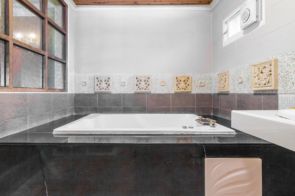 Honeymoon Double Room, Jetted Tub, Mountain View - Bathroom