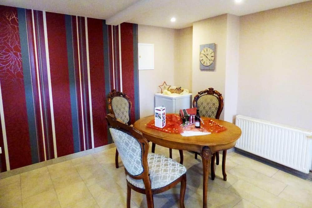 شقة فاخرة - غرفة نوم واحدة - تناول الطعام داخل الغرفة