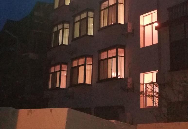 The Bamboo Inn with Mountain-view, Zhangjiajie, Hotellin julkisivu illalla/yöllä